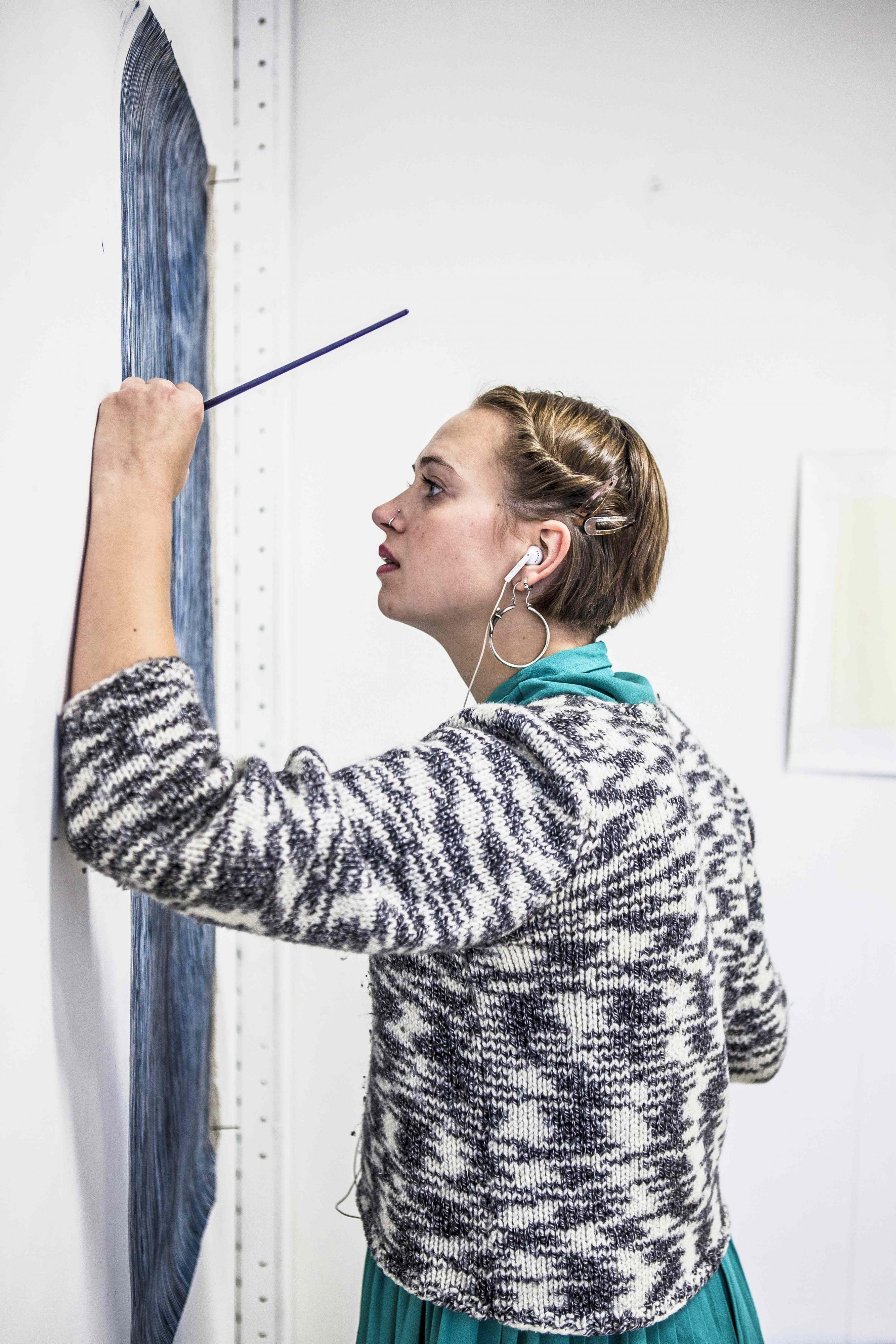 Elise van den broekje geconcentreerd aan het werk
