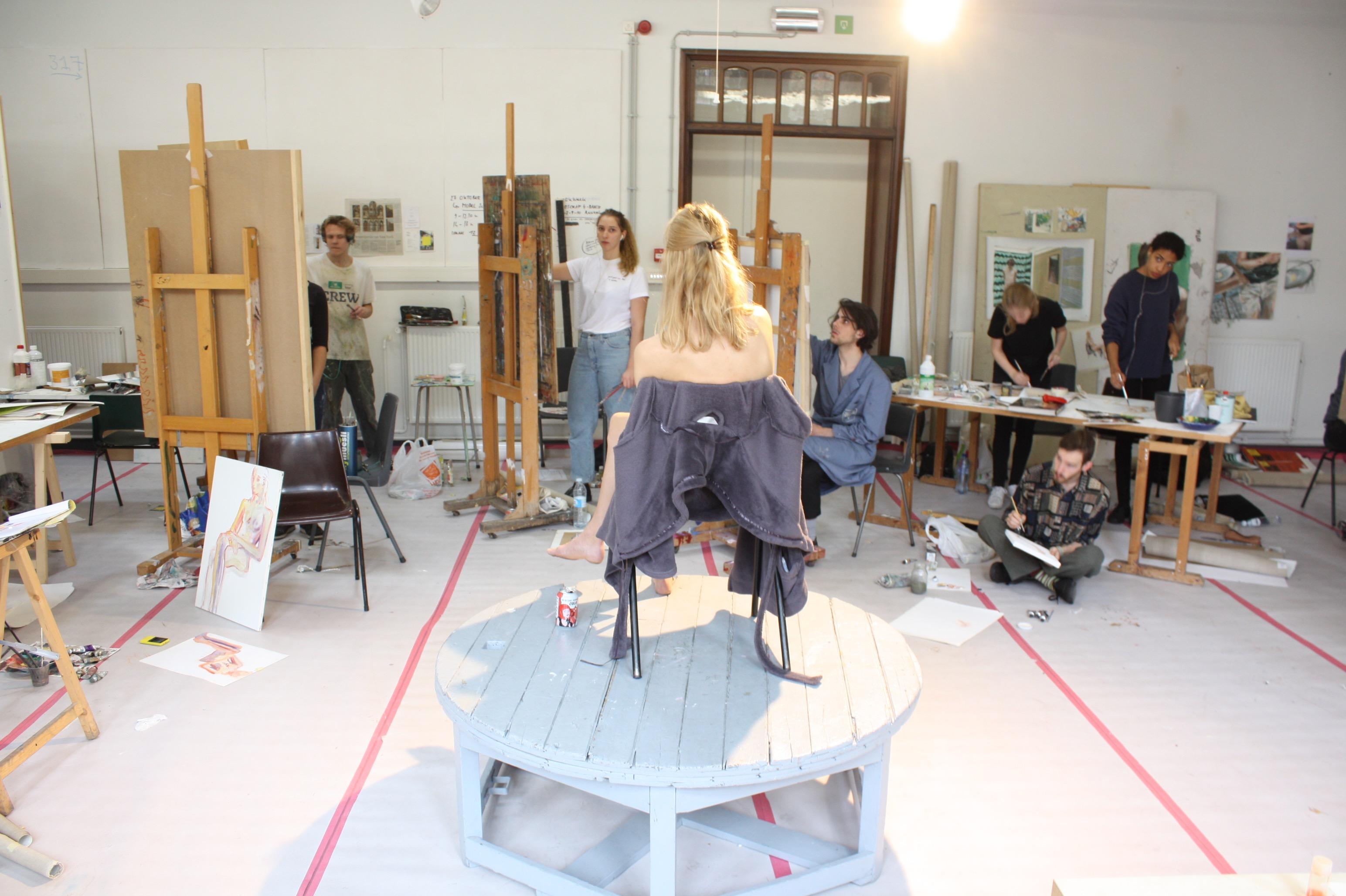 modelschilderes in atelier schilderkunst